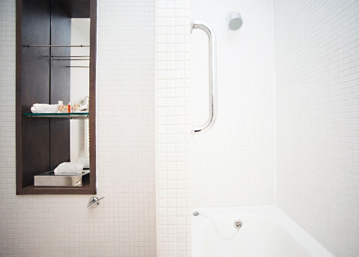 Deluxe Double And Deluxe King Rooms Have Baths With Overhead Showers 6 of 14