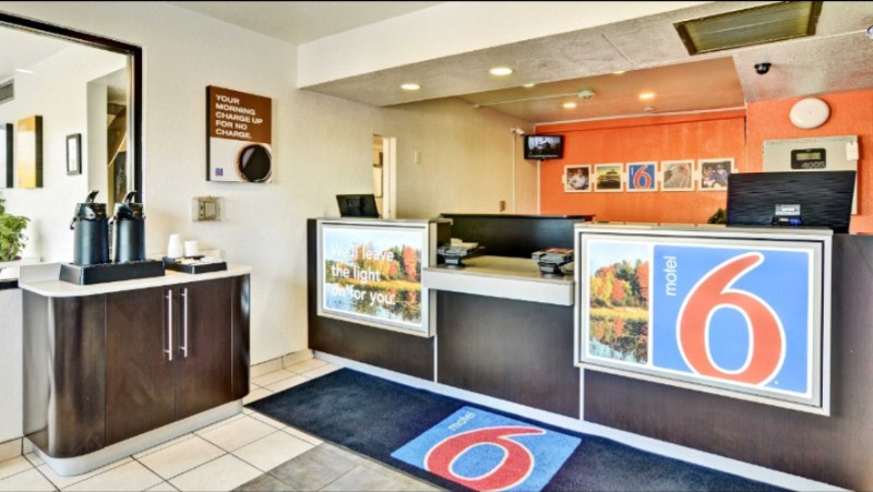 Motel 6 Crafton Front Desk 4 of 8