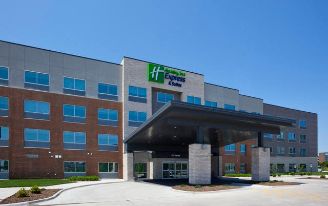 Holiday Inn Express & Suites Des Moines Downtown 1 of 17