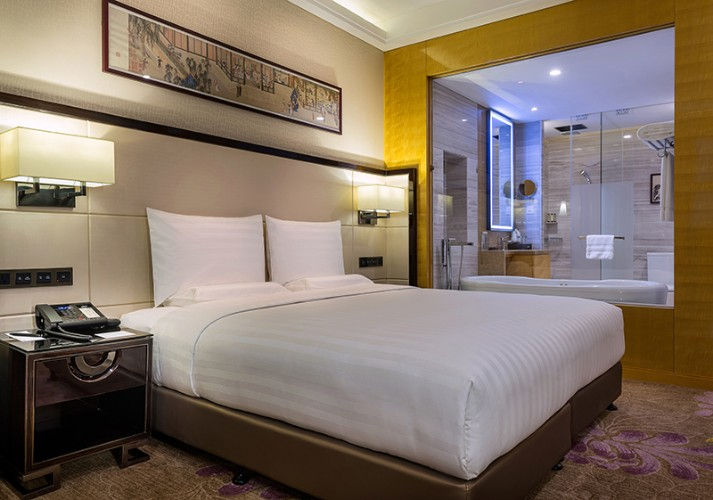 Deluxe Room With One King Bed 7 of 28