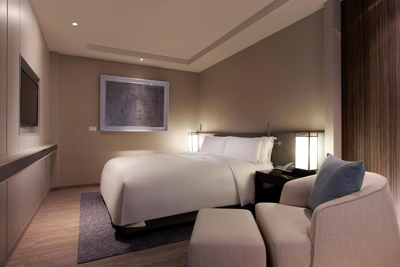 Guest Rooms (Prestige Suite-King Bed) 8 of 31