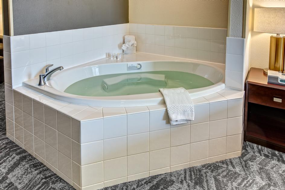 Enjoy A Luxurious Whirlpool Suite 6 of 16