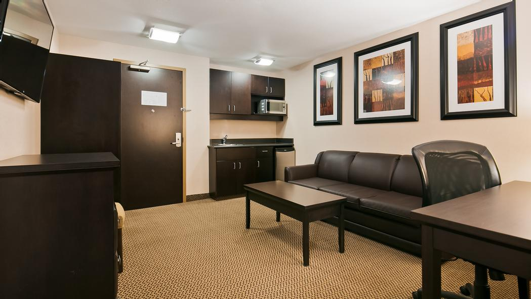 Use The Separate Living Room In Our Executive Suites For Entertaining And Keep Your Sleeping Area Private. Our Executive Suites Are Great For Long Term Stays With A Wet Bar Area Complete With Sink Fridge And Microwave 8 of 11