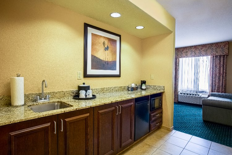 King Suite Wet Bar 11 of 20