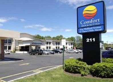 Comfort Inn & Suites Paramus 1 of 17