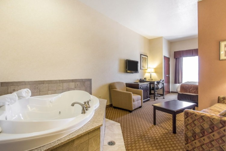 King Jacuzzi Suite 19 of 31