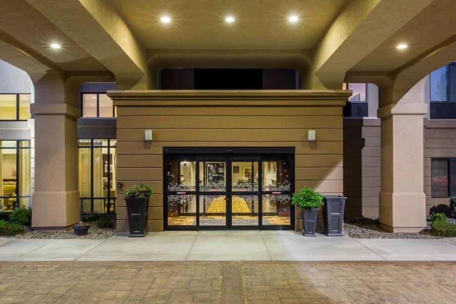 Hotel Entrance 2 of 9