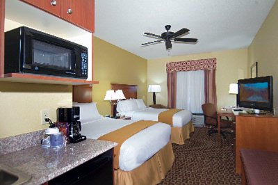 Two Queen Guest Room Holiday Inn Express Mccomb Ms 5 of 11