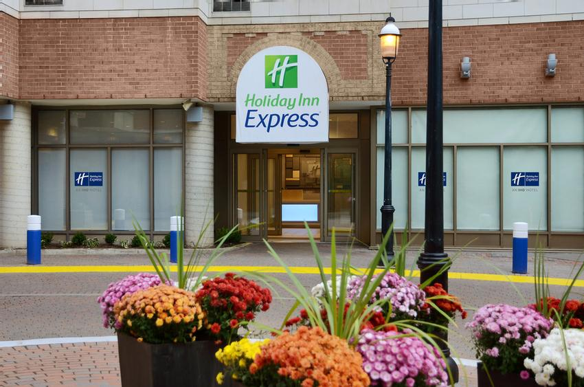 Holiday Inn Express Toronto Downtown 1 of 13