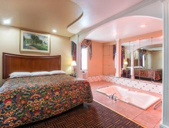 Royal Jacuzzi Suite With 1 King Bed 8 of 13