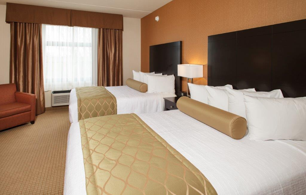 Our Queen Rooms Have 2 Queen Beds With Microwave Fridge And Jetted Tub And Desk 5 of 11
