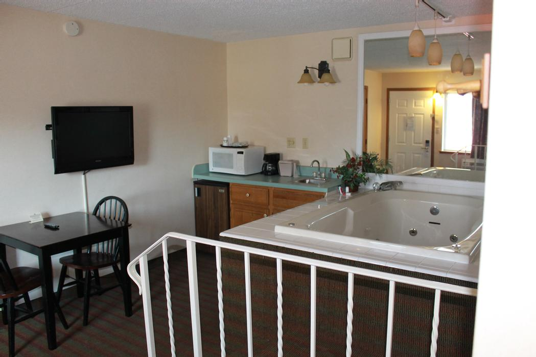 Guest Suite With Hot Tub 13 of 37
