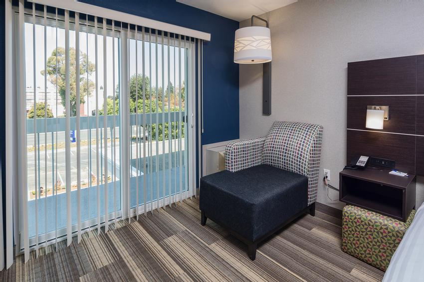 Holiday Inn Express Sunnyvale -Silicon Valley Guestroom With Balcony 6 of 16