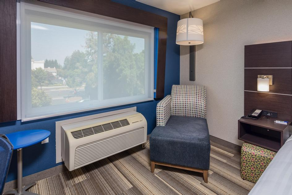 Holiday Inn Express Sunnyvale -Silicon Valley Guest Room Seating 4 of 16
