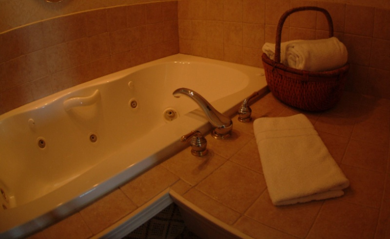 Luxury Suite Jetted Tub 23 of 24