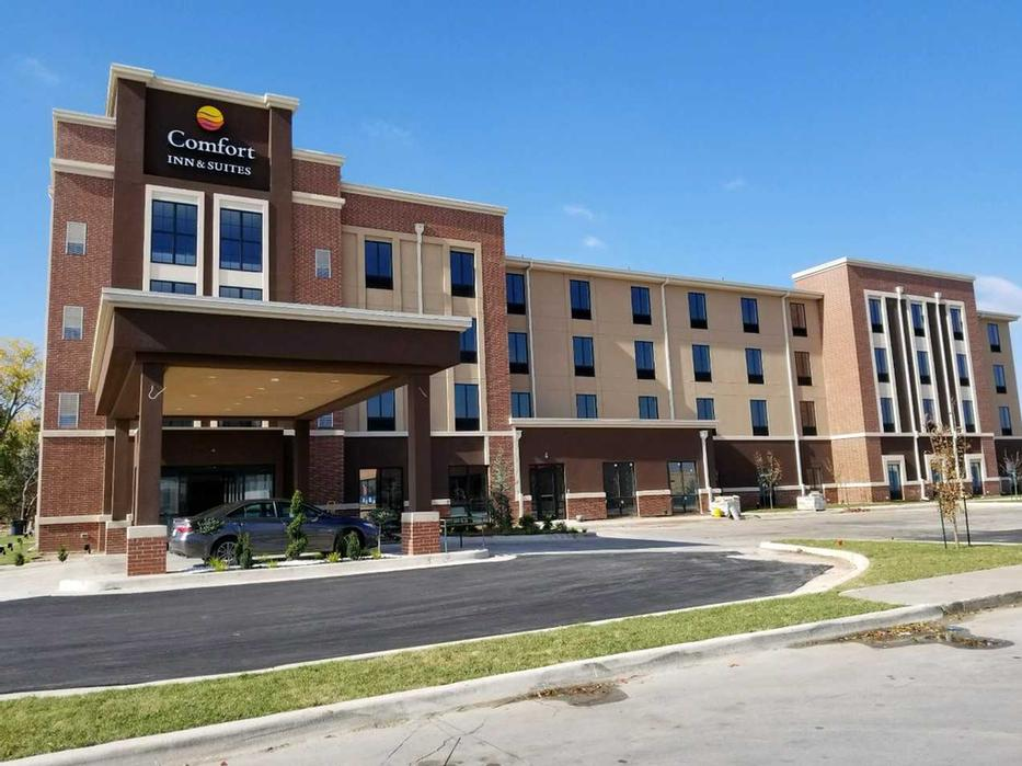 Comfort Inn And Suites Exterior 2 of 3