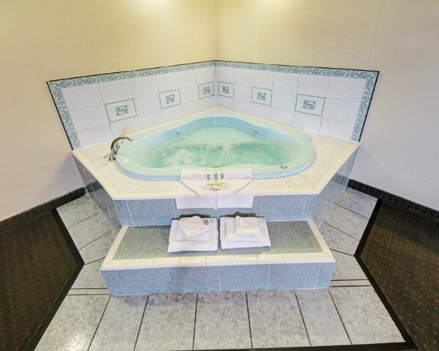 Jacuzzi Suite With Wet Bar & Sofa-Sleeper 15 of 26