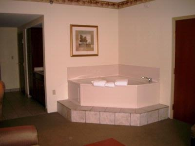 Deluxe King Suite With Two Person Jacuzzi La Quinta Louisville 10 of 18