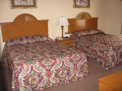 Standard Room With 2 Queen Beds 7 of 9