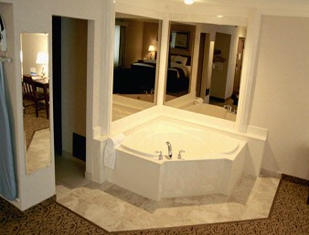 Jacuzzi Suite 5 of 12