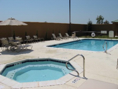 Outdoor Pool And Jacuzzi 3 of 4