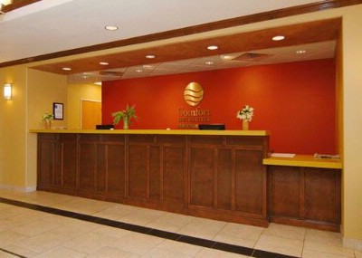 Large Lobby & Front Desk 4 of 10