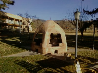 Indian Hills Inn Taos Plaza: Serene Courtyard With Guest Bbq 2 of 4