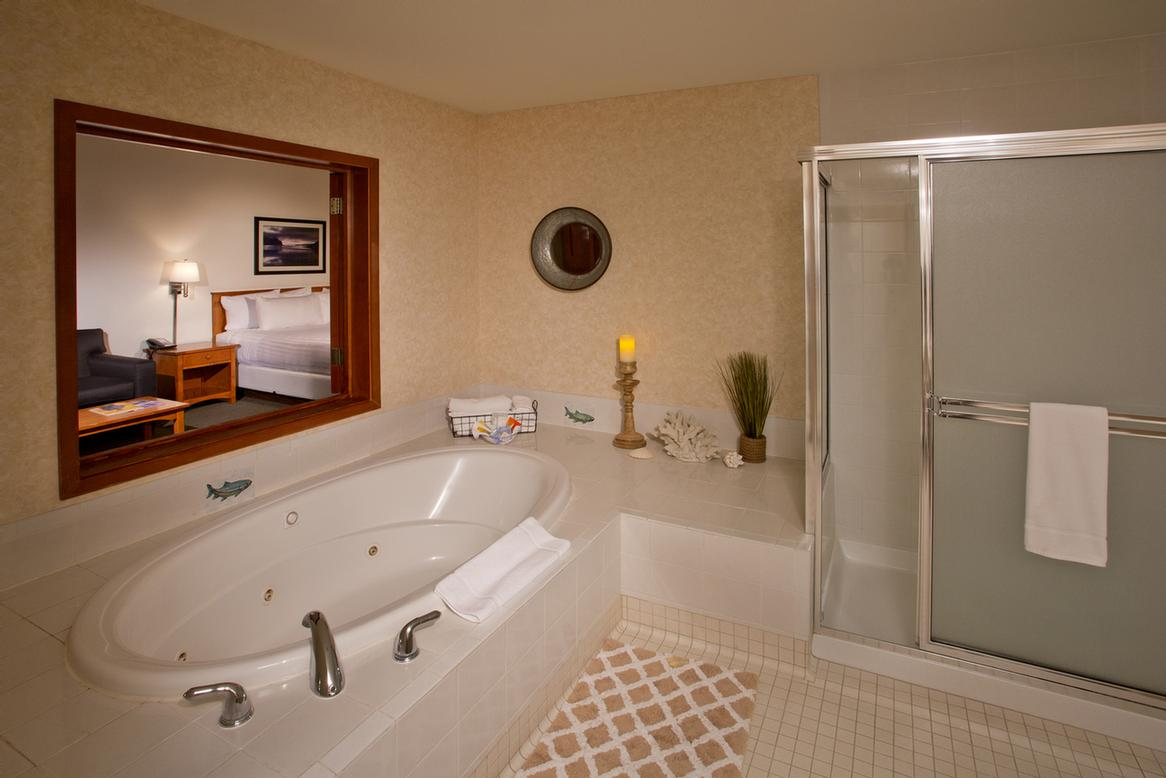 Oval Jacuzzi Suite 4 of 5