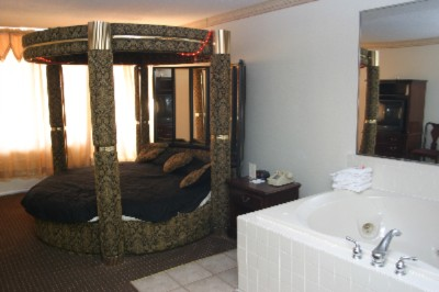 Round King Bed With In Room Jacuzzi 7 of 10
