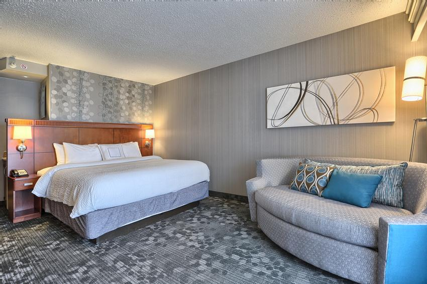 Our Deluxe King-Size Room With A Full-Pull Out Couch Sleeps Up To 5 People 5 of 10