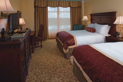 Luxurious Double Queen Guestroom 4 of 17