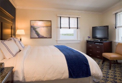 Newport Beach Hotel & Suites Pond View King Bedded Room