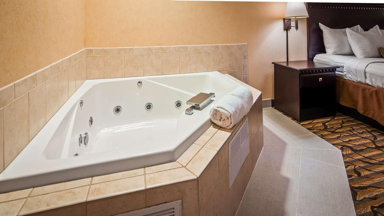 King Jacuzzi Suite 9 of 12