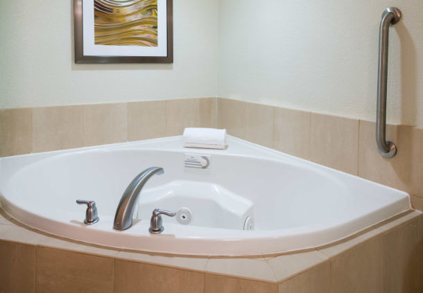 Spa King Guest Room Whirlpool 12 of 26