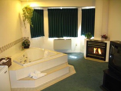 Jacuzzi Suite 7 of 8