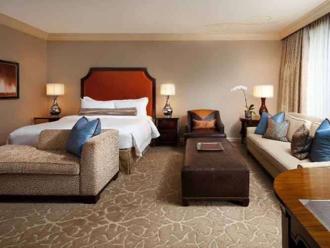 Str Houston Grand Luxe Guestroom 10 of 31