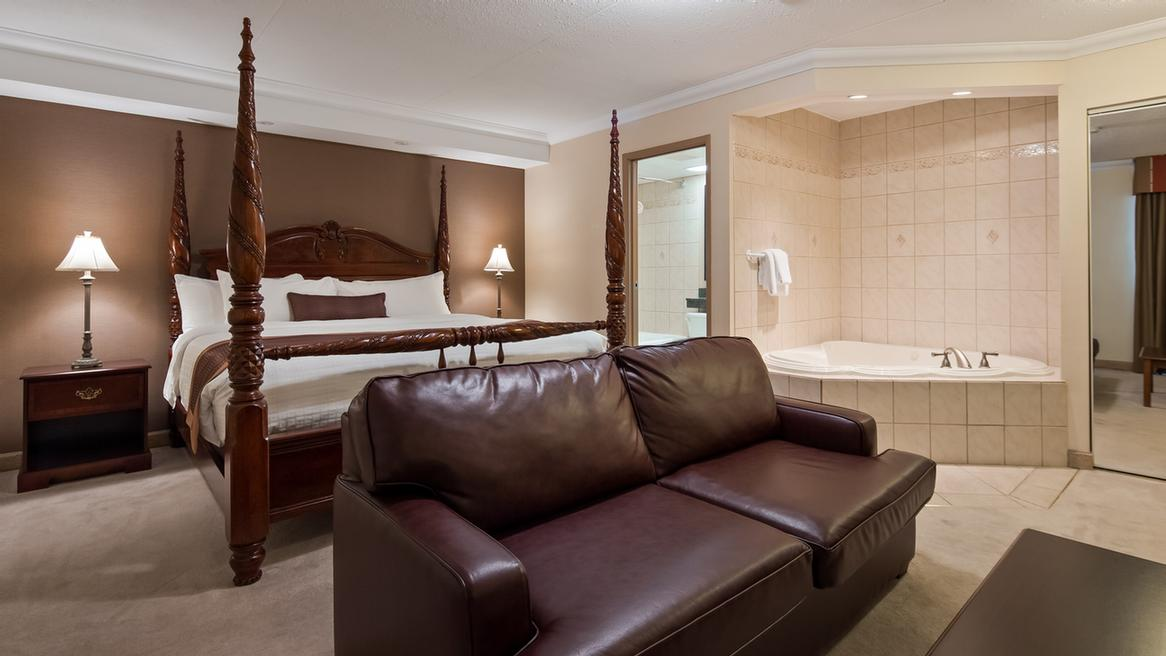 King Jacuzzi Suite 5 of 9