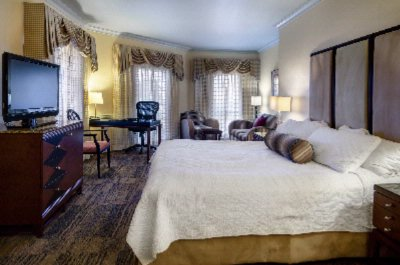 Deluxe Room With King Bed 7 of 13
