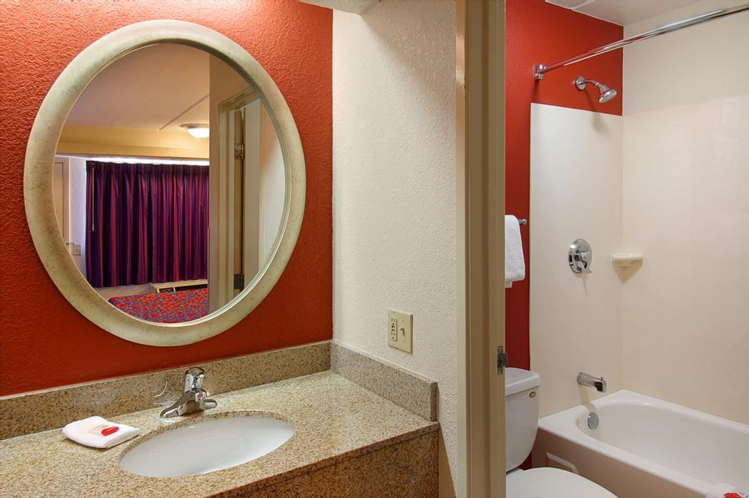 Red Roof Inn Washington Dc -Columbia/fort Meade Bathroom 7 of 7