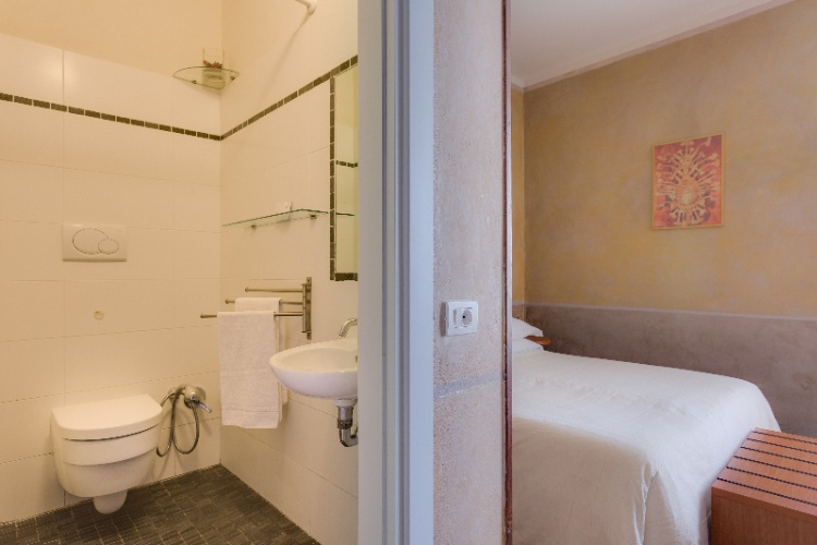 Double Or Twin Private Bathroom 5 of 16
