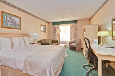 Our Queen Rooms Offer A Comfortable Bed Work Desk 27 4 of 12