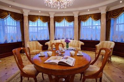 Executive Suite -Living Room 8 of 30