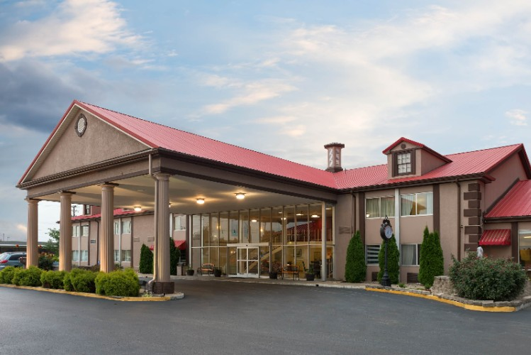 Main Hotel Entrance Just Off I-65 At Exit 22 On Scottsville Road 2 of 12