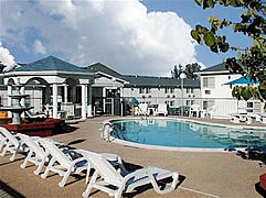 Baymont Inn & Suites Lake of The Ozarks 1 of 5