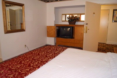 King Suite With Kitchenette And Dining Area. 5 of 12