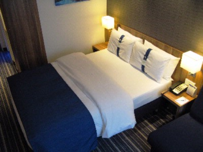 Holiday Inn Express Hamburg St. Pauli Messe Queen Bed Room
