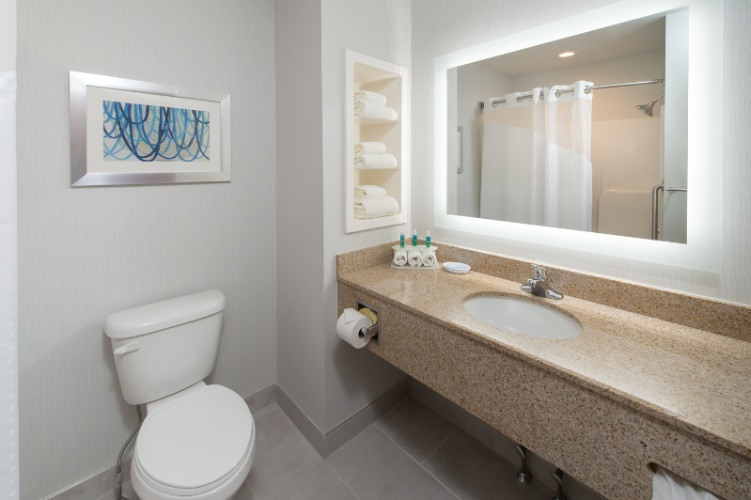 Two Queen Bathroom With Shower/tub 6 of 29
