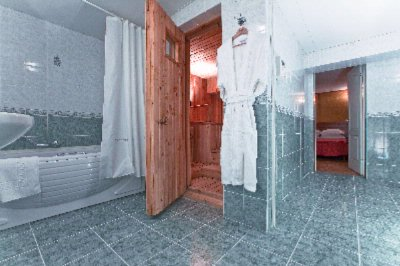 Suite\'s Bathroom 16 of 25