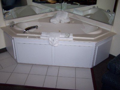 King Whirlpool Suite 4 of 7