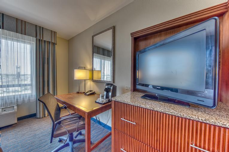 All Guest Rooms At The Holiday Inn Gulfport Feature 32 22 of 23